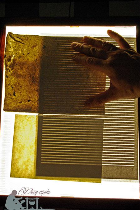 Papier czerpany na podświetlarce